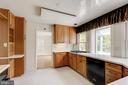 Kitchen overlooking backyard. - 2401 N VERNON ST, ARLINGTON