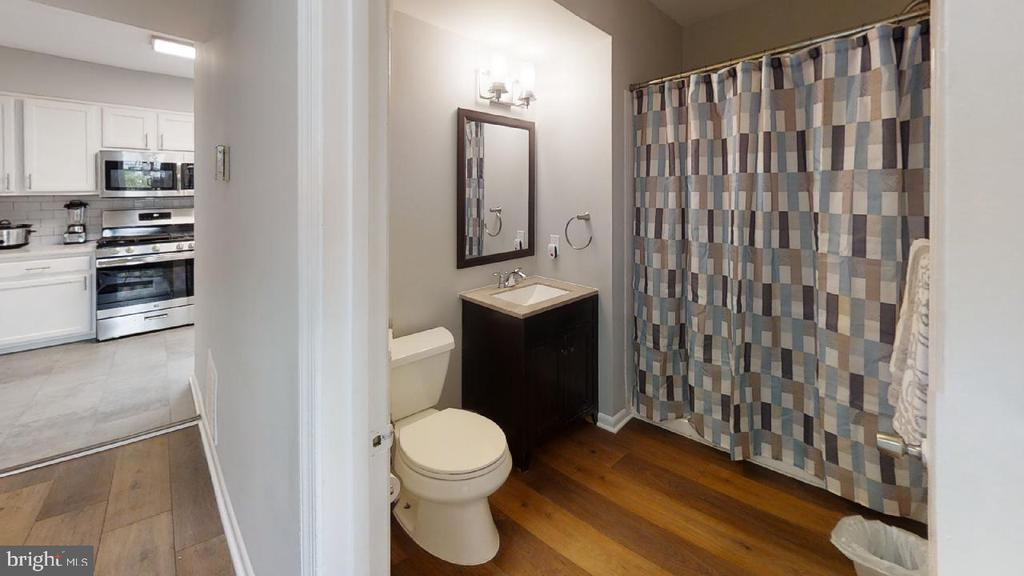 Main level full bathroom - 2318 18TH ST NE #2318, WASHINGTON