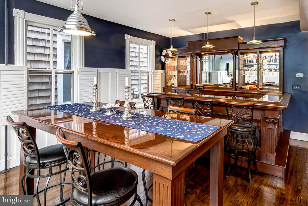 Perfect home for entertaining with custom bar - 169 KING GEORGE ST, ANNAPOLIS