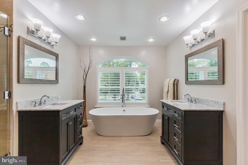 Master Bath (updated) w/Soak tub - 7613 DWIGHT DR, BETHESDA