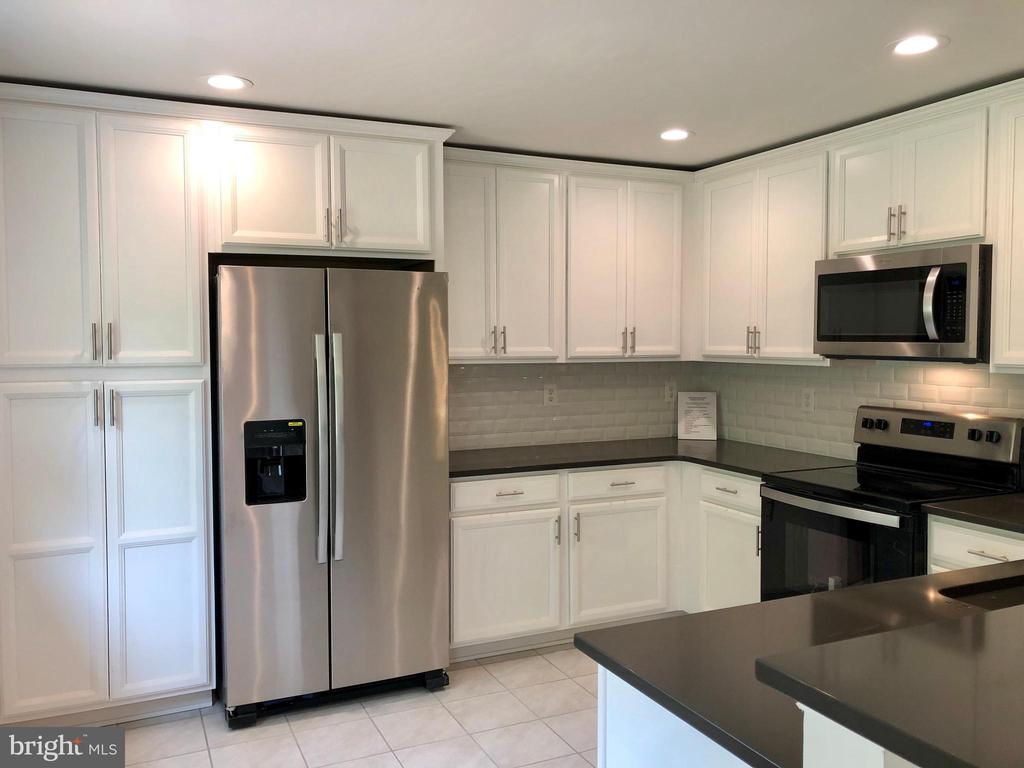 DESIGNER KITCHEN WITH NEW CABINETRY AND QUARTZ TOP - 10826 OLD ANNAPOLIS RD, FREDERICK
