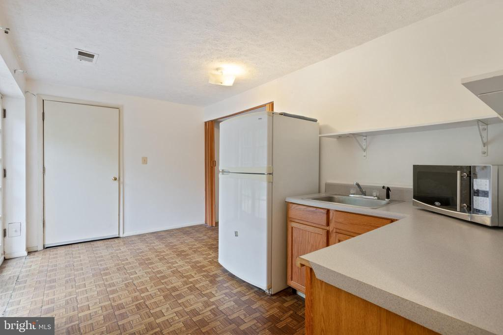 Lower Level Kitchenett with Stand-alone microwave - 16194 SHEFFIELD DR, DUMFRIES