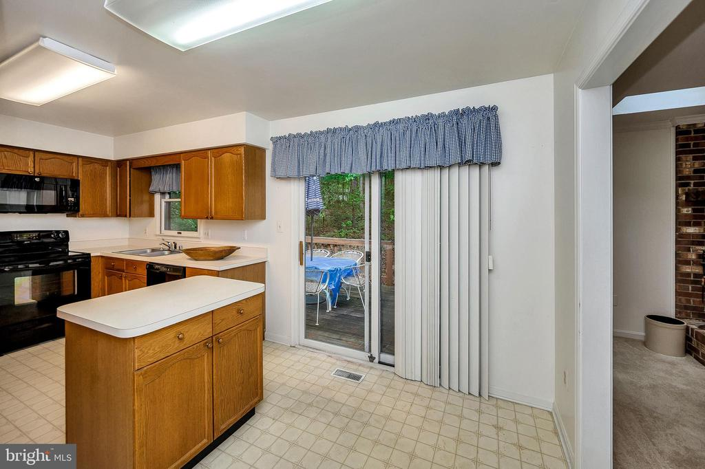 Eat In Kitchen living extends to Deck - 4617 LAKEVIEW PKWY, LOCUST GROVE