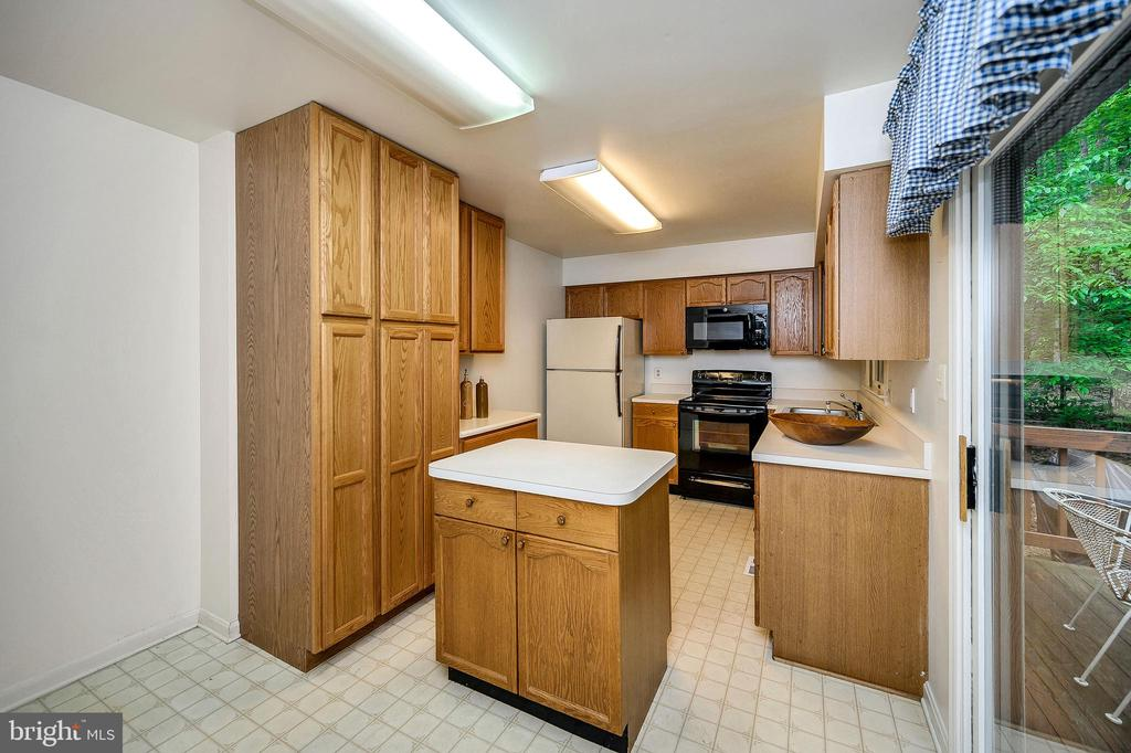 Warm Oak cabinetry - 4617 LAKEVIEW PKWY, LOCUST GROVE