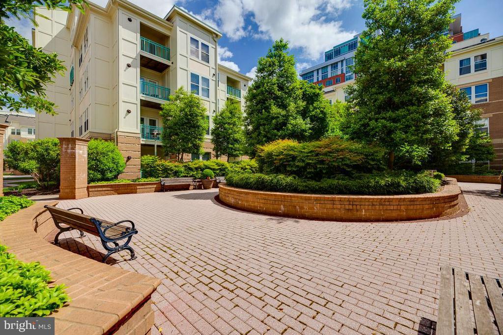 enclosed garden courtyard - 12001 MARKET ST #177, RESTON