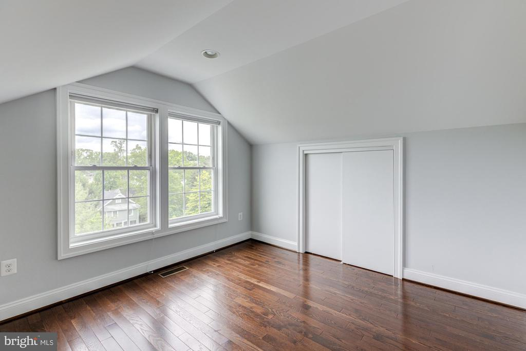 ONE OF TWO BEDROOMS ON FORTH FLOOR - 2608 3RD ST N, ARLINGTON