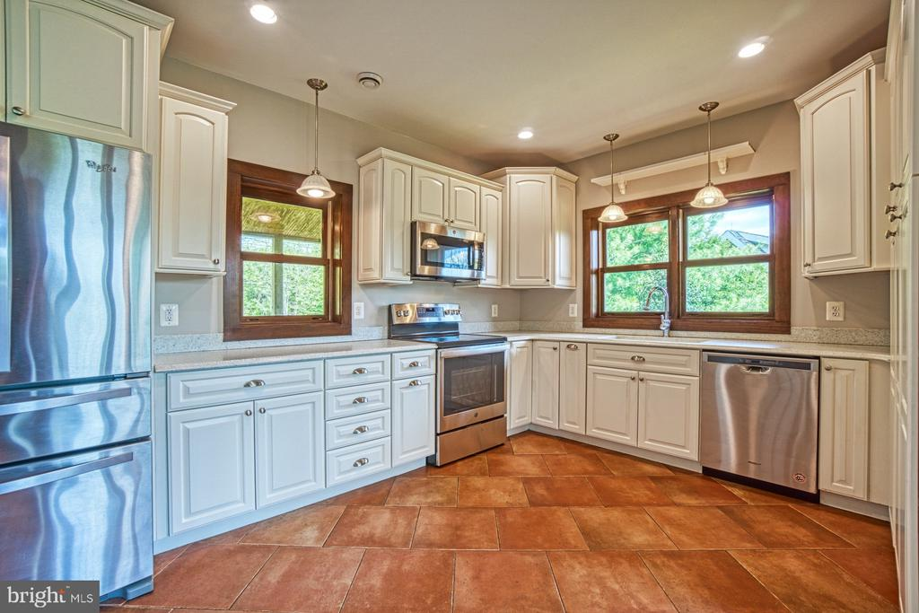 New Stainless Steel Appliances - 40985 REDWING SONG LN, LOVETTSVILLE