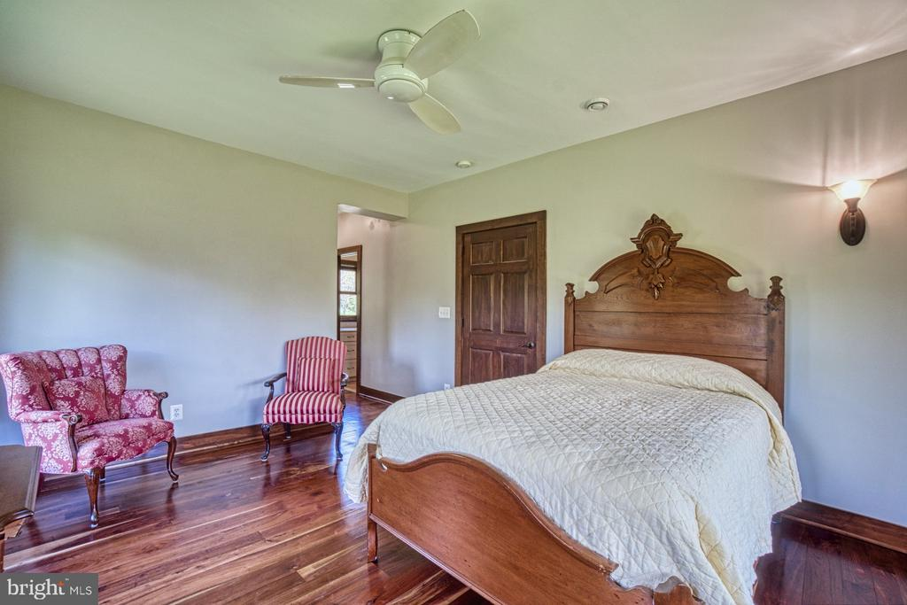 Main Floor Master Bedroom - 40985 REDWING SONG LN, LOVETTSVILLE