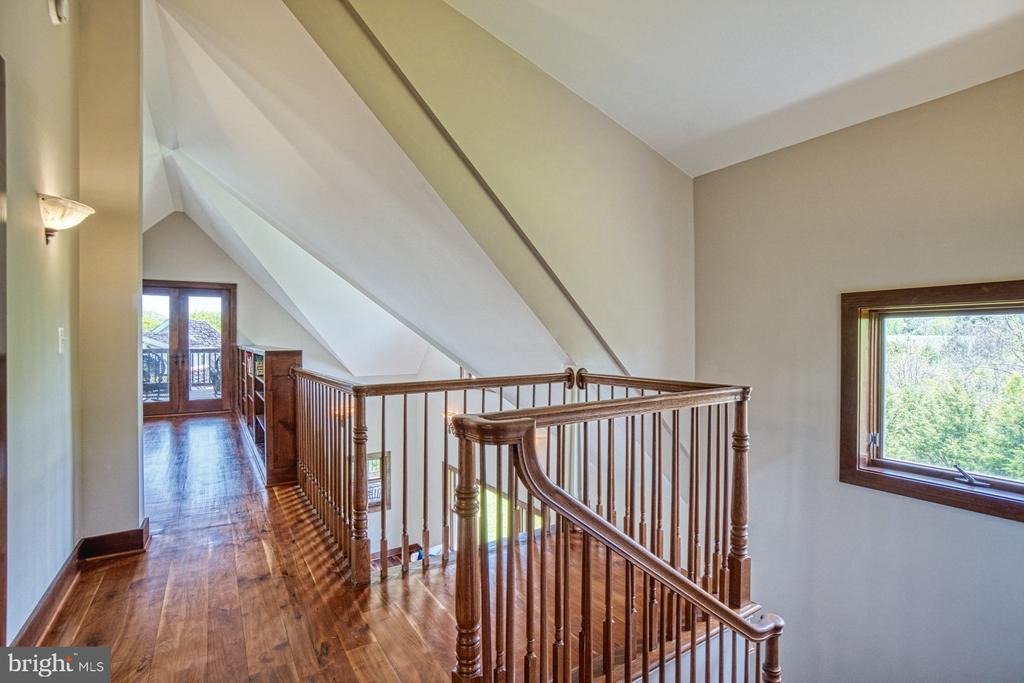 Upper Level overlook to Living Room below - 40985 REDWING SONG LN, LOVETTSVILLE
