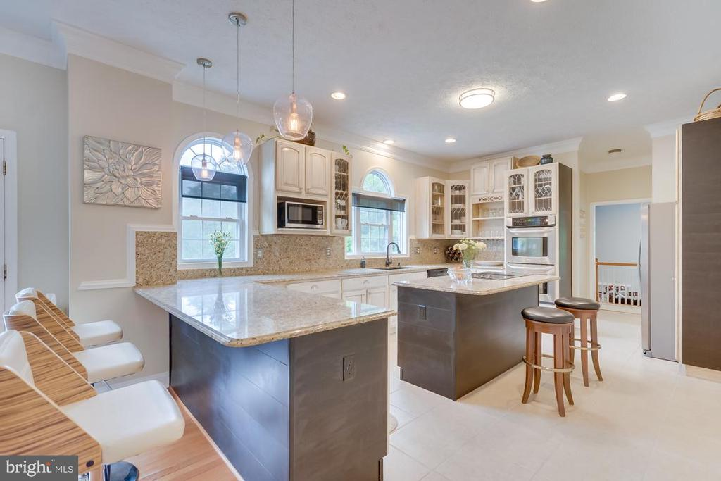 Room for bar stools in kitchen. - 1065 MOUNTAIN VIEW RD, FREDERICKSBURG