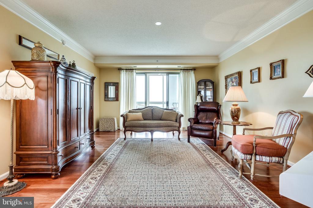 Living room with gleaming wood foors - 19355 CYPRESS RIDGE TER #1118, LEESBURG
