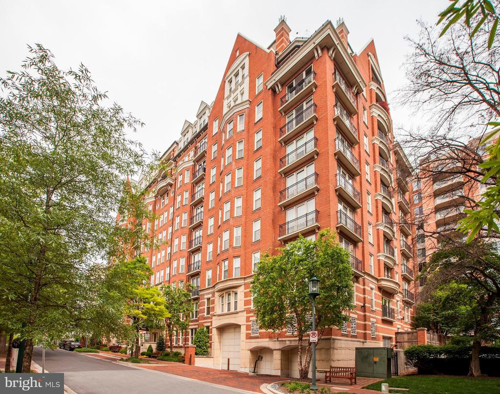 Just steps to Metro, boutiques, restaurants & fun! - 4821 MONTGOMERY LN #303, BETHESDA