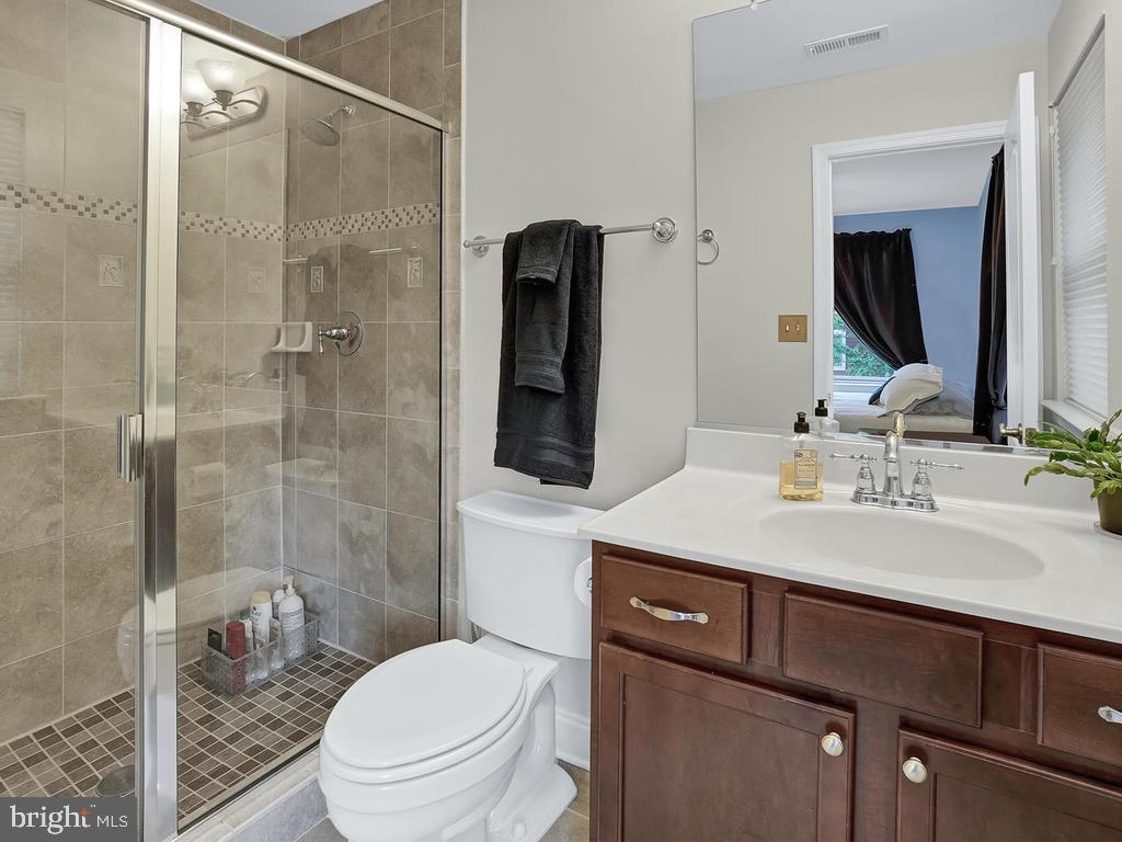 Full Bathroom - 27 LORD NICKENS ST, FREDERICK