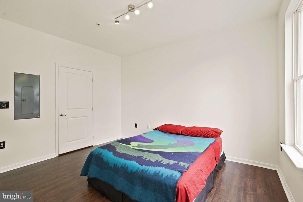 Spacious bedroom and closets too - 2665 PROSPERITY AVE #1, FAIRFAX
