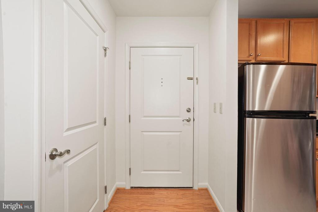 Lower level front entrance - 2665 PROSPERITY AVE #1, FAIRFAX