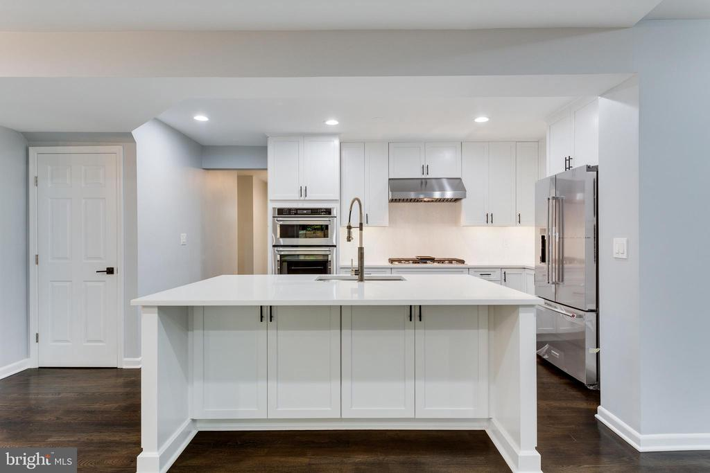 Island with Seating for Four - 5125 37TH ST N, ARLINGTON