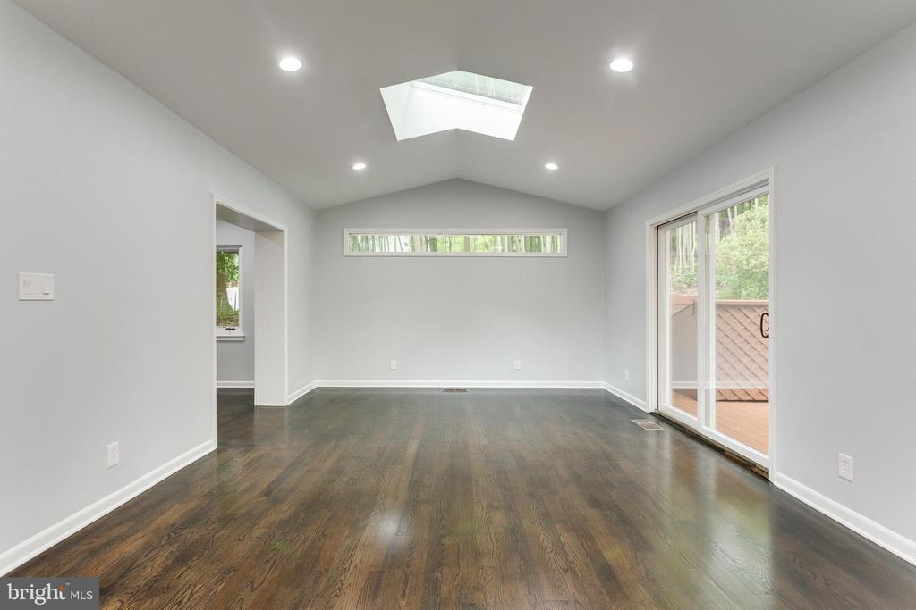 Great Room with Skylight - 5125 37TH ST N, ARLINGTON