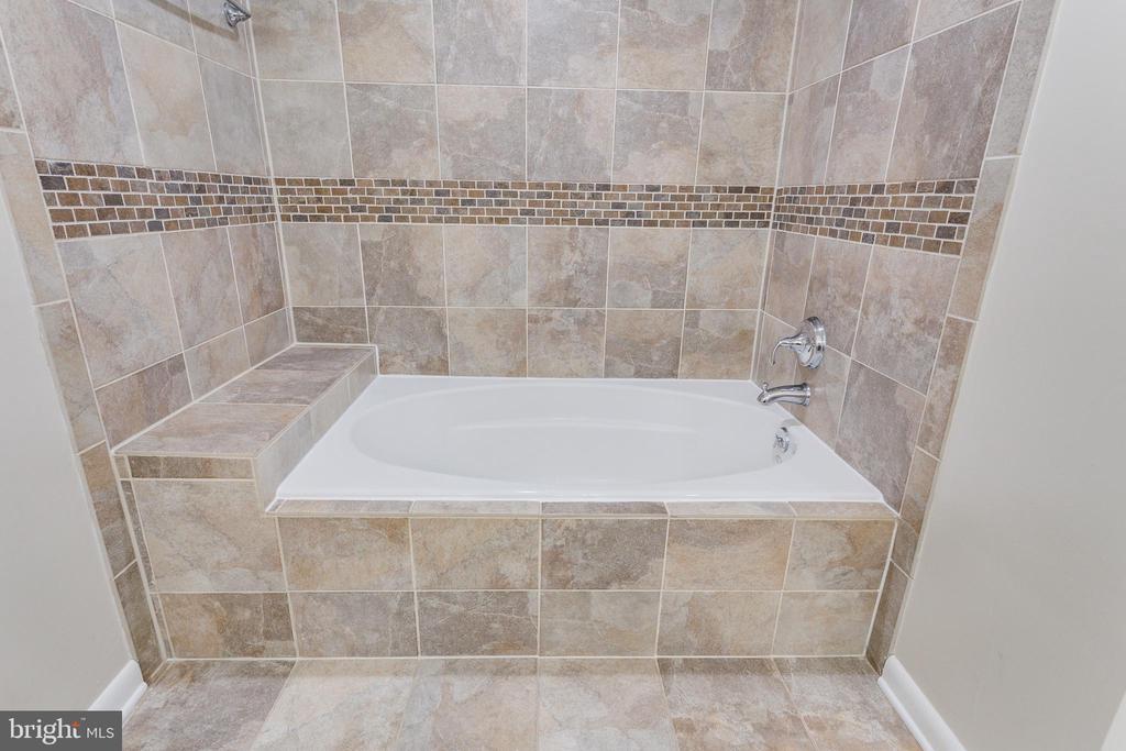 Jack and Jill Tub/Shower - Upper Level - 5125 37TH ST N, ARLINGTON
