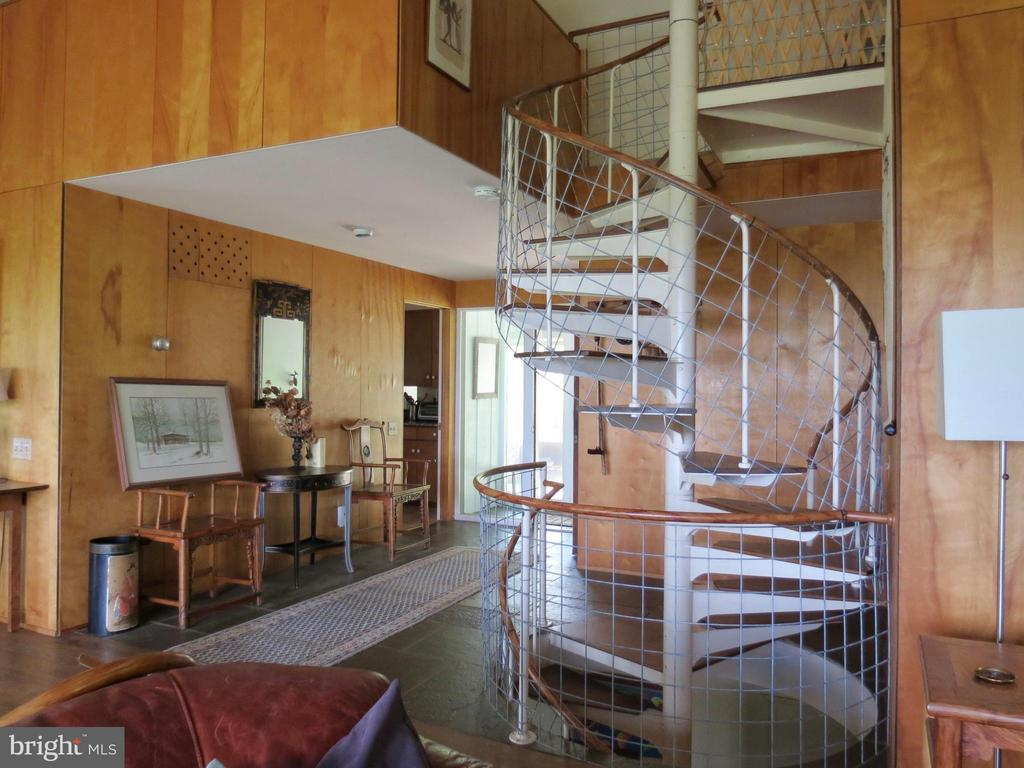 Spiral stairs to other levels - 140 HORSESHOE HOLLOW LN, WASHINGTON