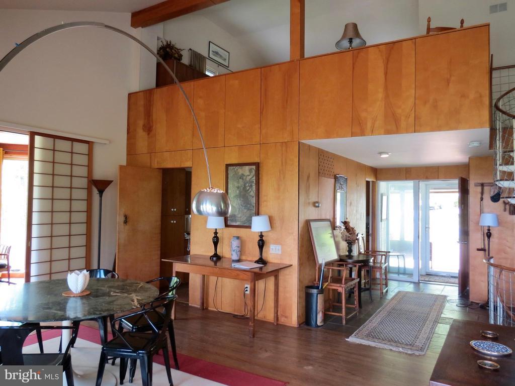 Front Foyer with a master loft bedroom above - 140 HORSESHOE HOLLOW LN, WASHINGTON