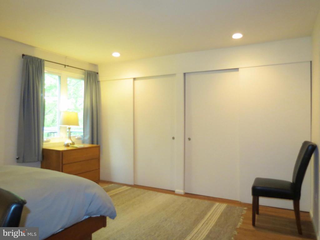 A wall of closets - 140 HORSESHOE HOLLOW LN, WASHINGTON