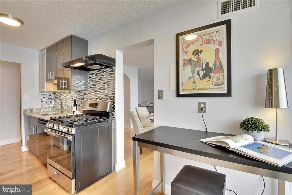 Kitchen has room for desk or eat in space - 501 SLATERS LN #703, ALEXANDRIA