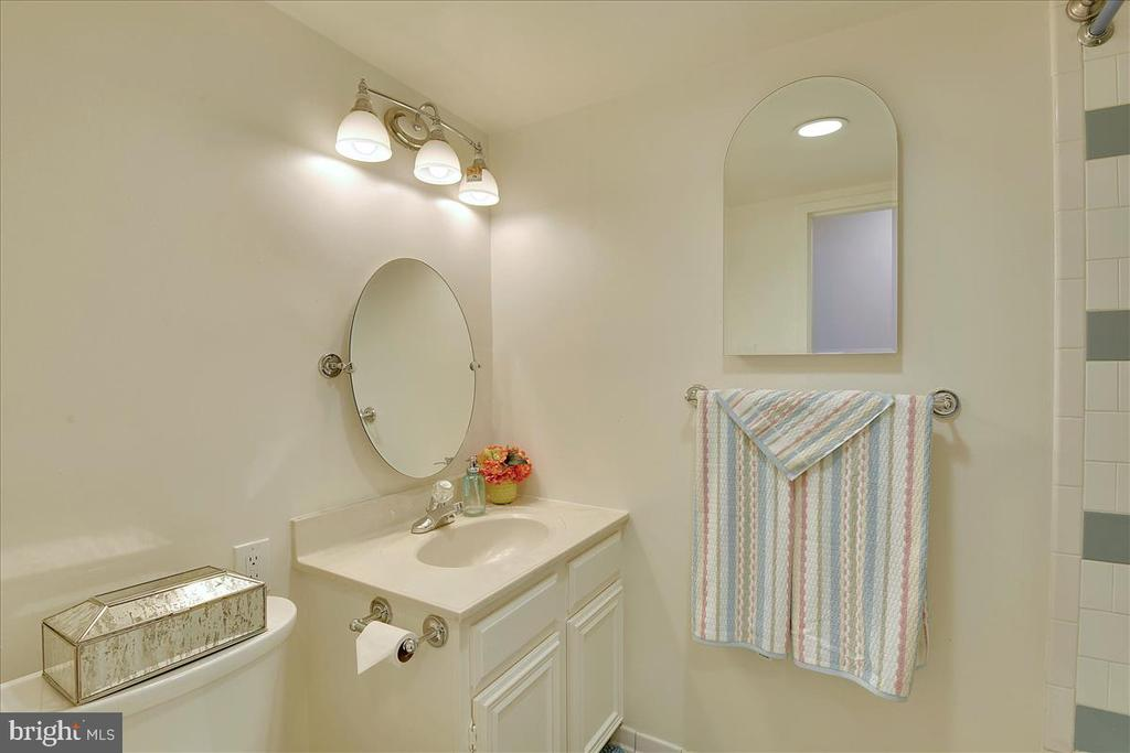 Second bedroom hallway bath - 501 SLATERS LN #703, ALEXANDRIA