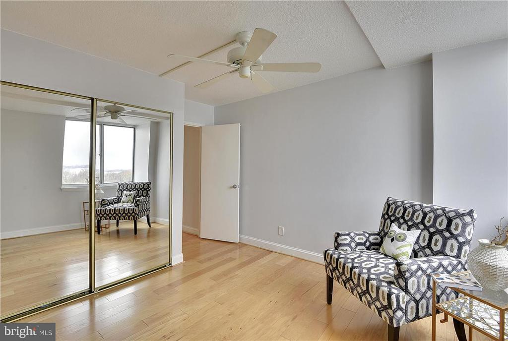 Large second bedroom with large closet - 501 SLATERS LN #703, ALEXANDRIA