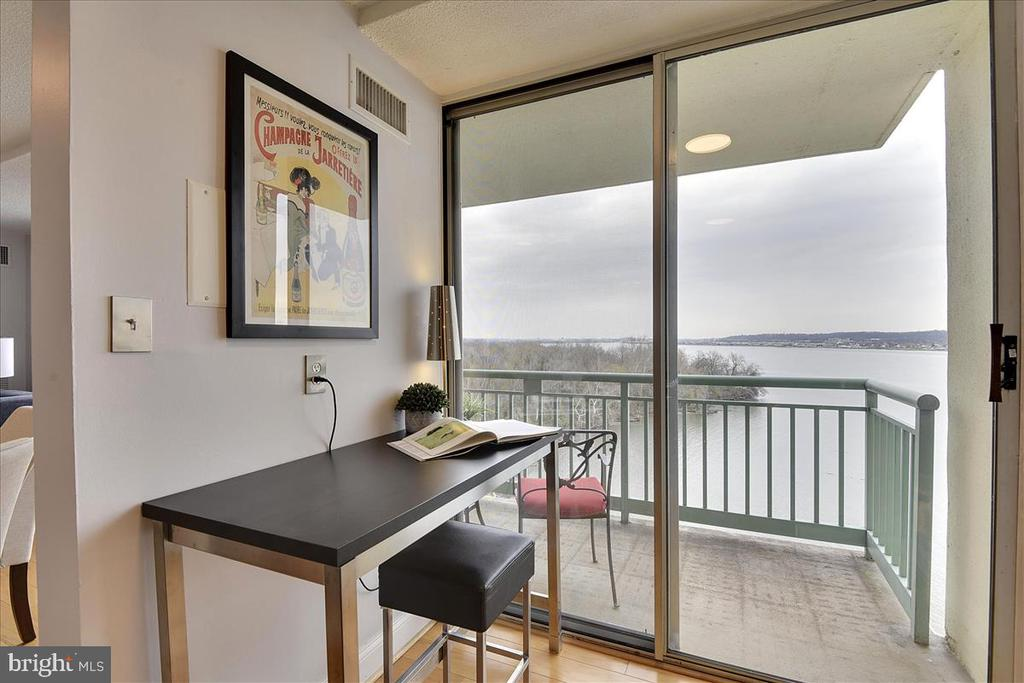 What a great space for your laptop - 501 SLATERS LN #703, ALEXANDRIA