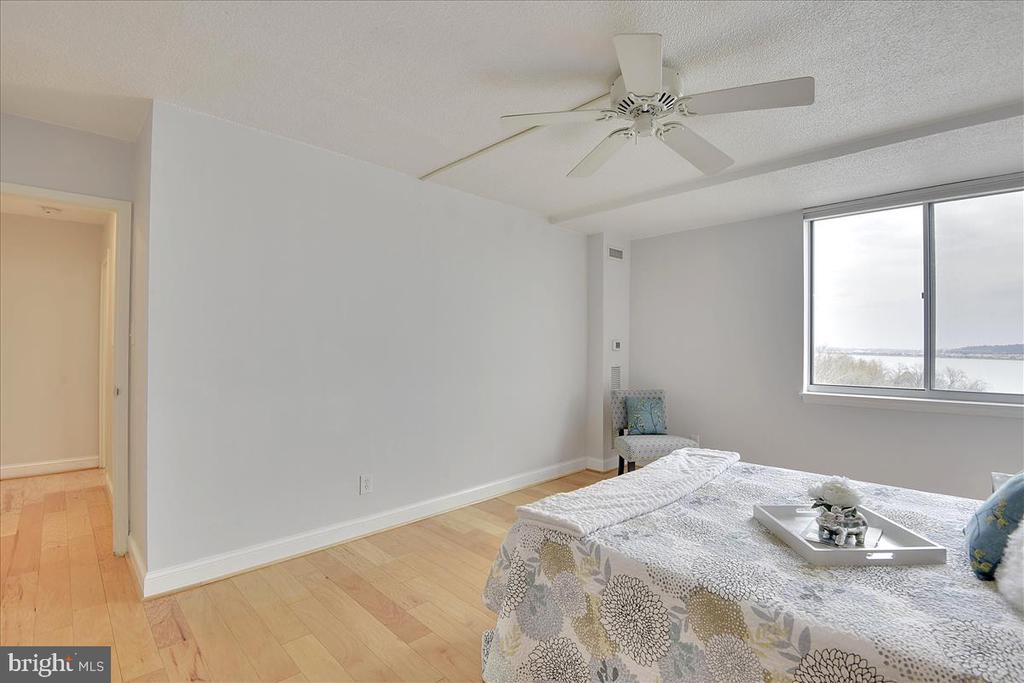 A ceiling fan to keep you cool! Open the window! - 501 SLATERS LN #703, ALEXANDRIA