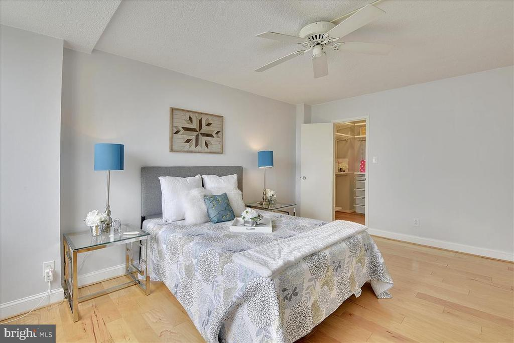 Large master bedroom with river views - 501 SLATERS LN #703, ALEXANDRIA