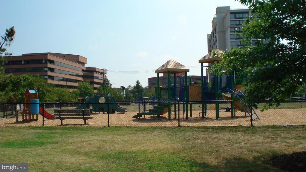 Nearby tot lot and fenced dog park - 501 SLATERS LN #703, ALEXANDRIA