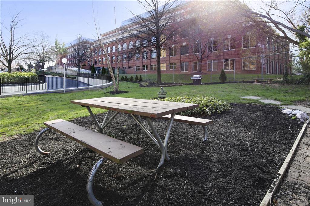Dog park has BBQs and picnic area - 501 SLATERS LN #703, ALEXANDRIA