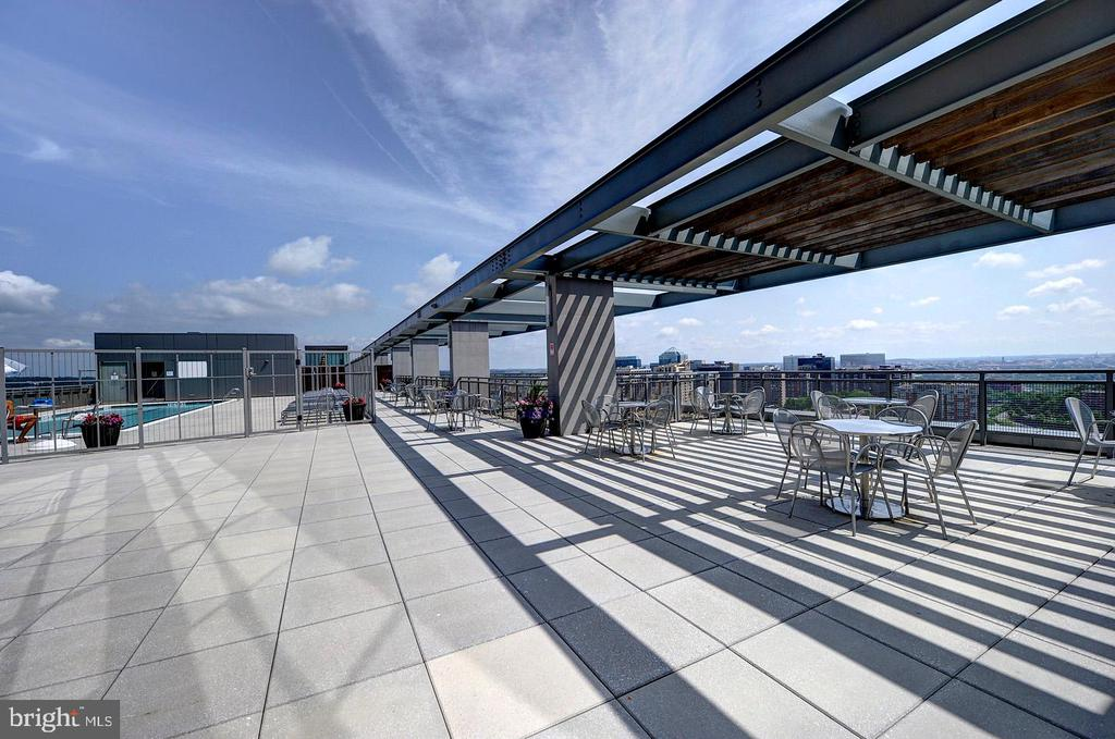 Rooftop Terrace Pool and dining area - 2001 15TH ST N #1004, ARLINGTON