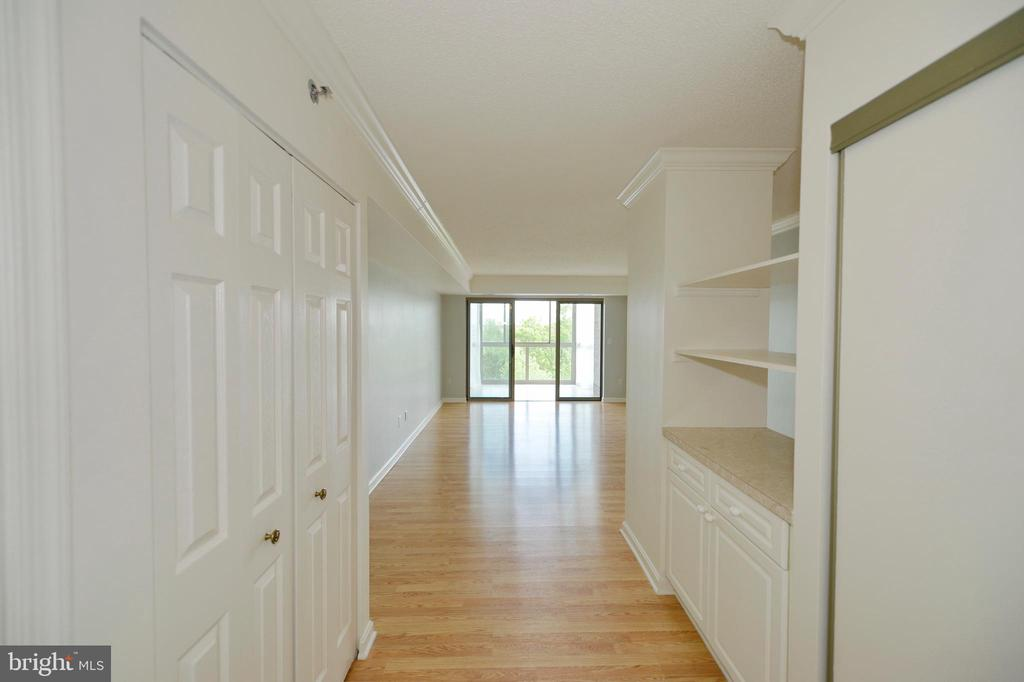 LIGHT FILLED ENTRYWAY AS YOU ENTER UNIT 307 - 19385 CYPRESS RIDGE TER #307, LEESBURG