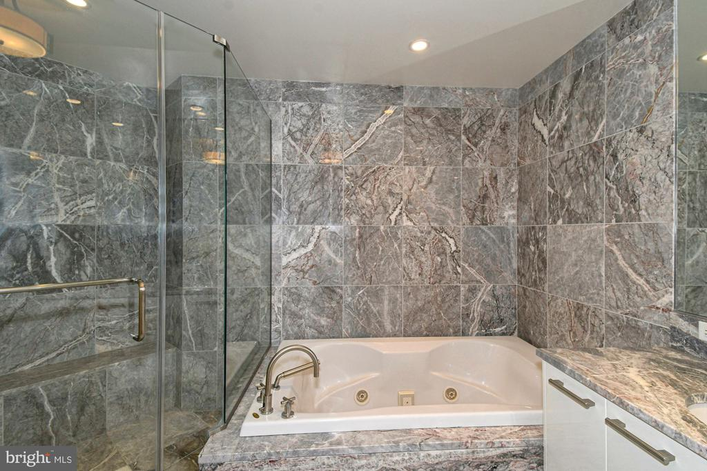 Master Bath with spa tub - 1881 N NASH ST #804, ARLINGTON