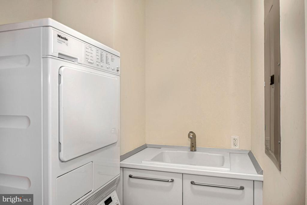 Laundry room with sink - 1881 N NASH ST #804, ARLINGTON