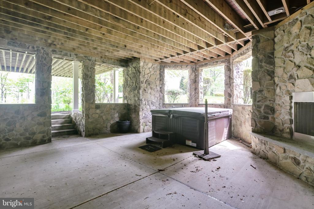 Hot tub with fireplace - 809 HOMESTEAD LN, CROWNSVILLE
