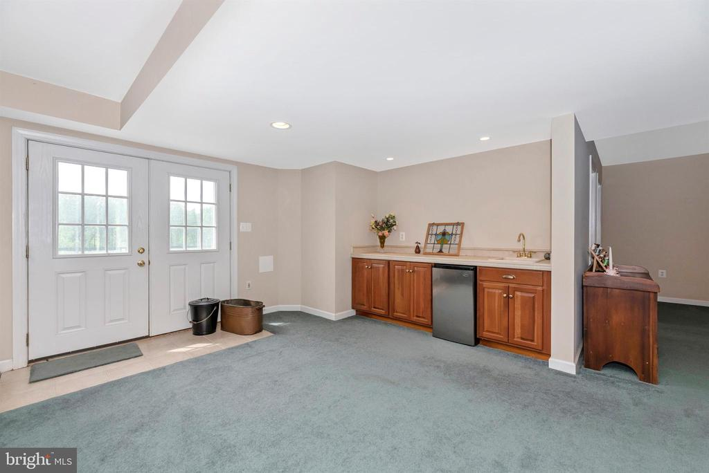 wet bar in basement - 6950 BURKITTSVILLE RD, MIDDLETOWN