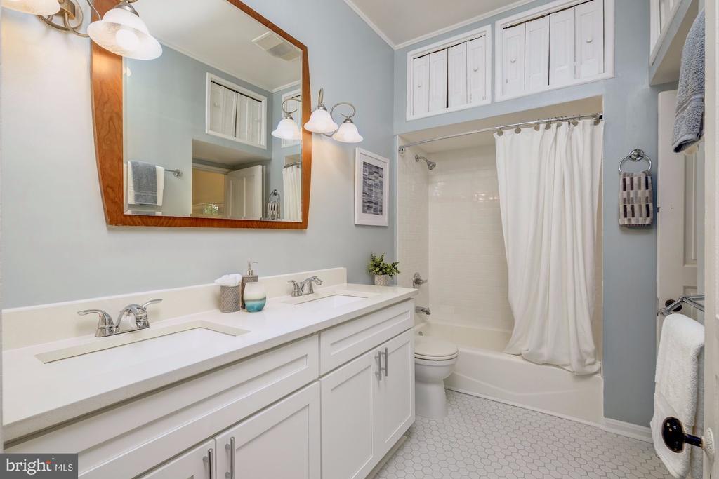 Full bath - 704 8TH ST NE, WASHINGTON