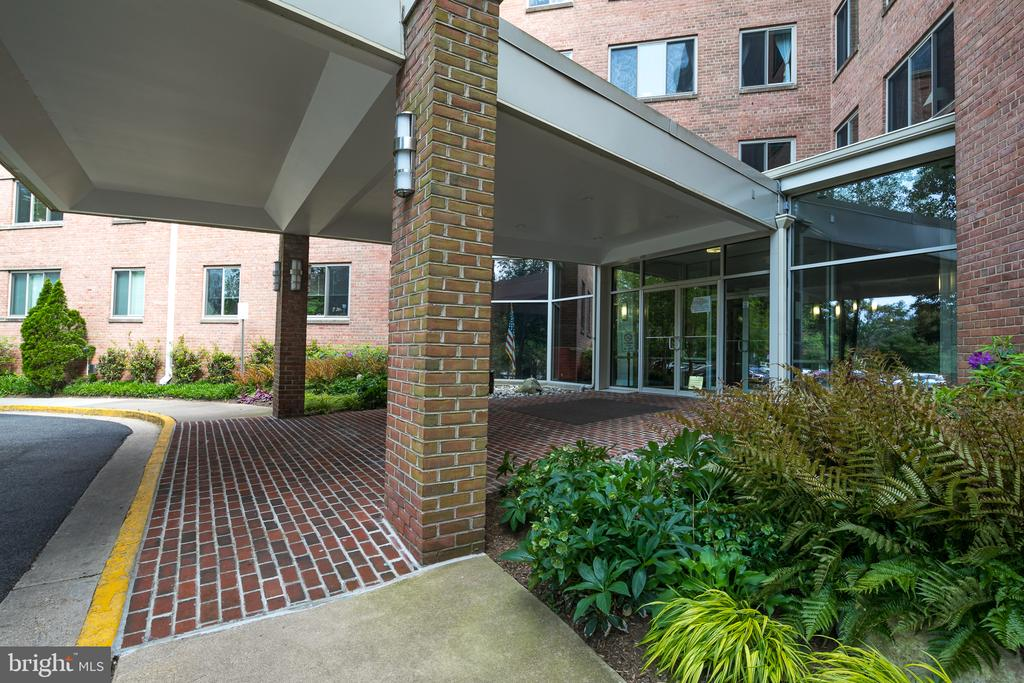 Covered entrance leading to Building entrance - 3000 SPOUT RUN PKWY #B111, ARLINGTON