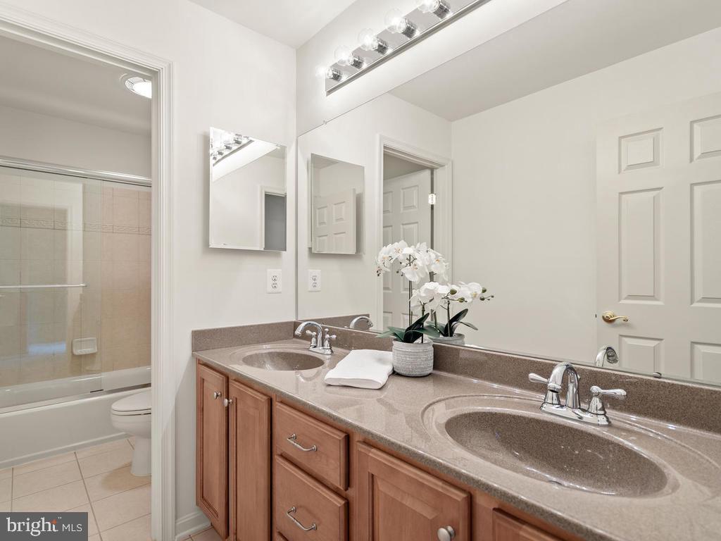 Upper Level Hallway Bathroom - 114 WHEELER LN, FREDERICK