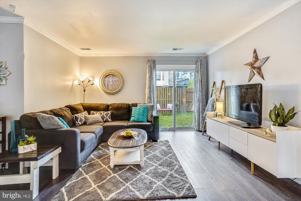 Large living room with outdoor access - 16209 TACONIC CIR, DUMFRIES