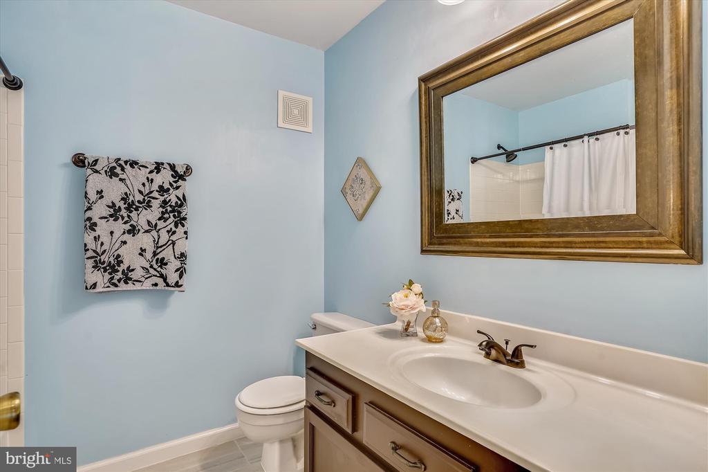 Hallway bathroom is a full bath - 16209 TACONIC CIR, DUMFRIES