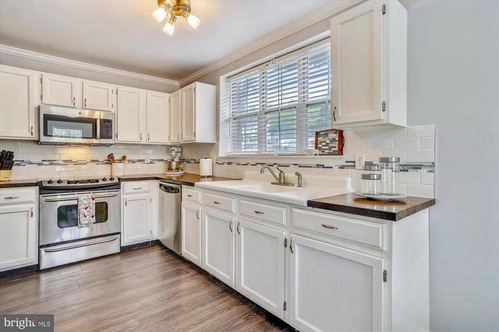 Spacious kitchen with stainless steel appliances - 16209 TACONIC CIR, DUMFRIES