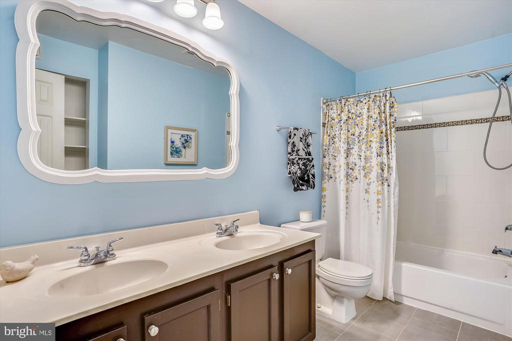 Ensuite master bathroom with dual vanity - 16209 TACONIC CIR, DUMFRIES