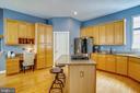 Kitchen with center island - 206 WATKINS CIR, ROCKVILLE