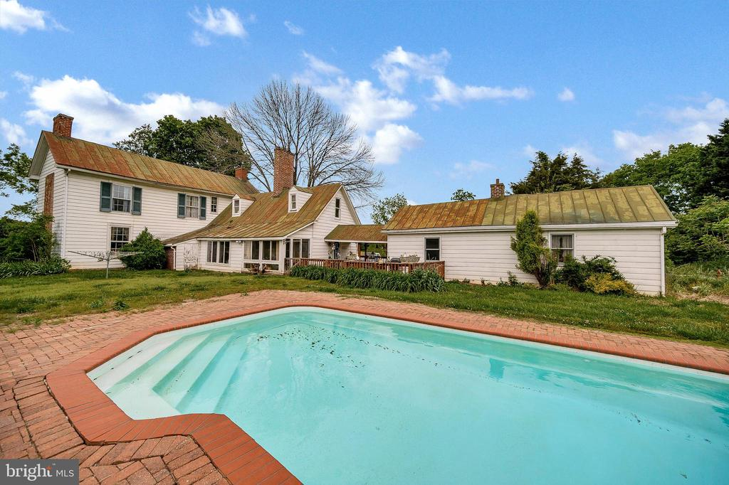 Enjoy the summers swimming in the salt water pool - 16253 MARQUIS RD, ORANGE