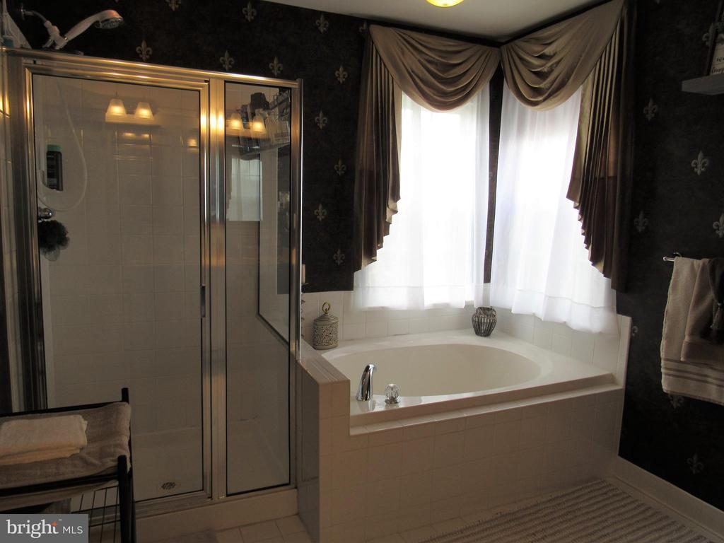2nd floor: master bath with soaking tub - 27 CAPE COD, MARTINSBURG