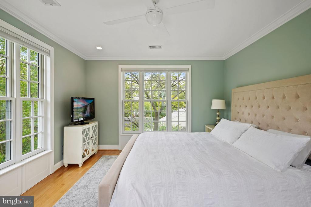 Master Suite - 5526 18TH ST N, ARLINGTON